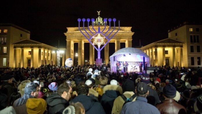 Refugiados sirios se unen para celebrar Janucá en Berlín