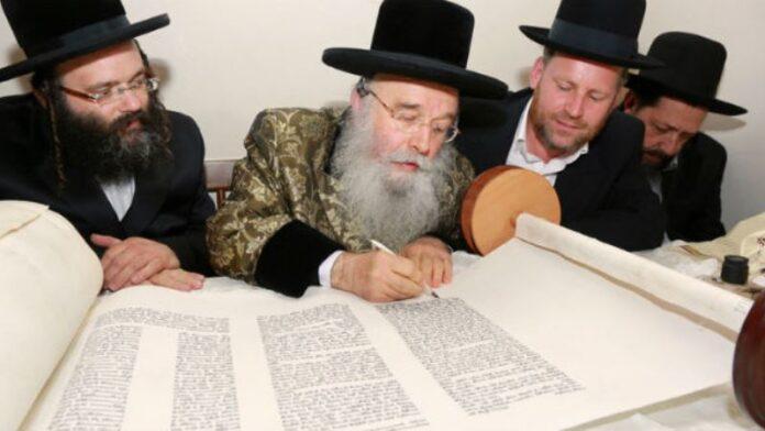 Rabino inicia escritura del Rollo de Torá que obsequiará a Mashíaj a su llegada