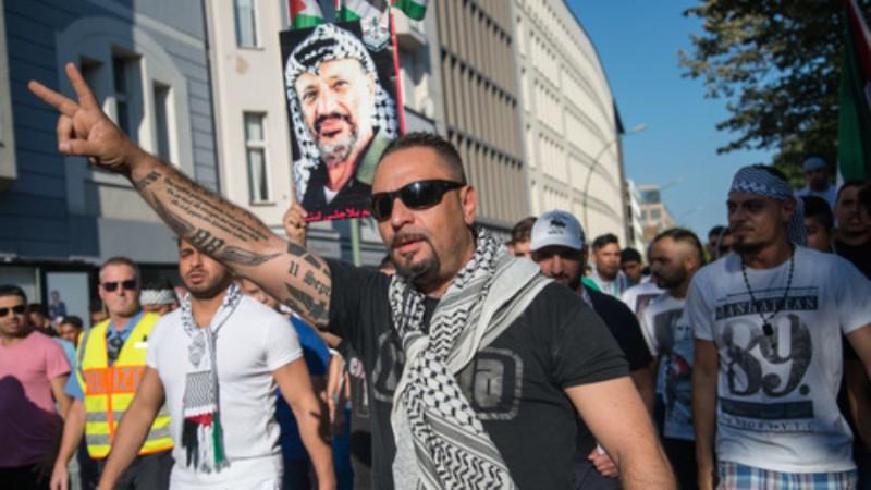 Árabes atacan a un adolescente judío alemán en Berlín por escuchar música israelí