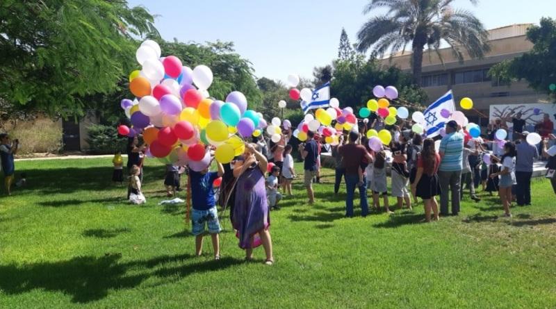 """Los niños israelíes contrarrestan los """"cometas terroristas"""" con """"globos de paz"""""""
