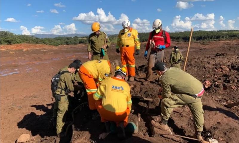 Delegación de ayuda israelí saca cuerpos de las ruinas en Brasil