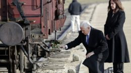 Mike Pence visita a Auschwitz