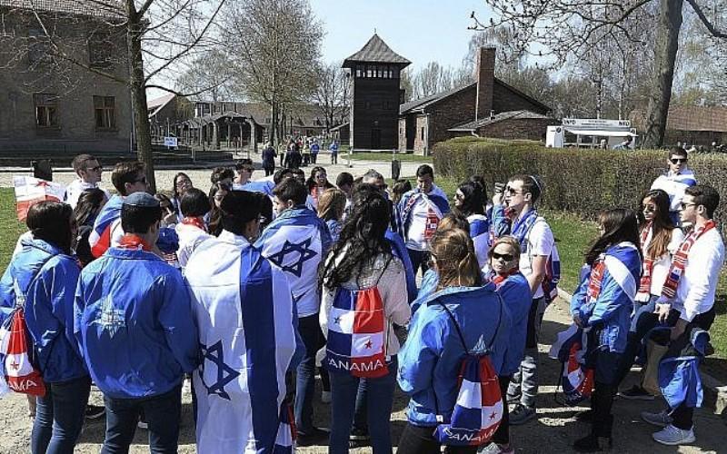 El sobreviviente del holocausto desafía al cáncer para marchar en Auschwitz