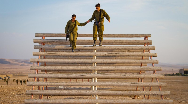 ¿Cómo es ser una mujer soldado de combate en Israel? Un fotógrafo ofrece una mirada única
