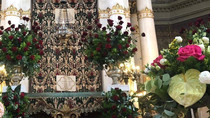 La Gran Sinagoga de Roma decorada con flores delante de Shavuot 1