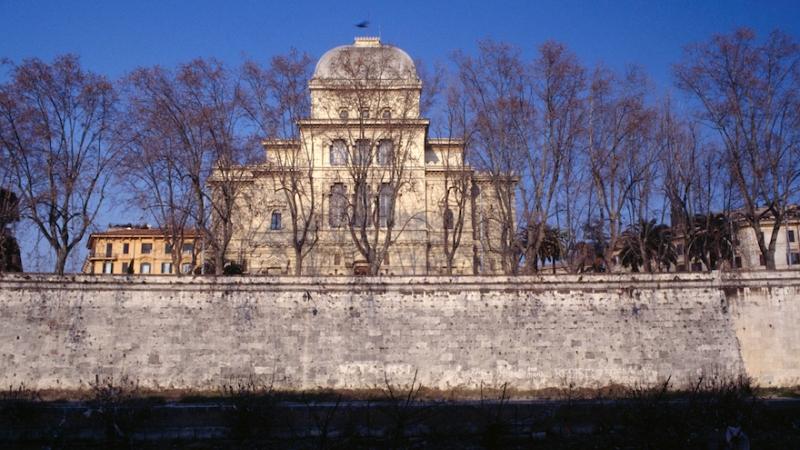 La Gran Sinagoga de Roma decorada con flores delante de Shavuot