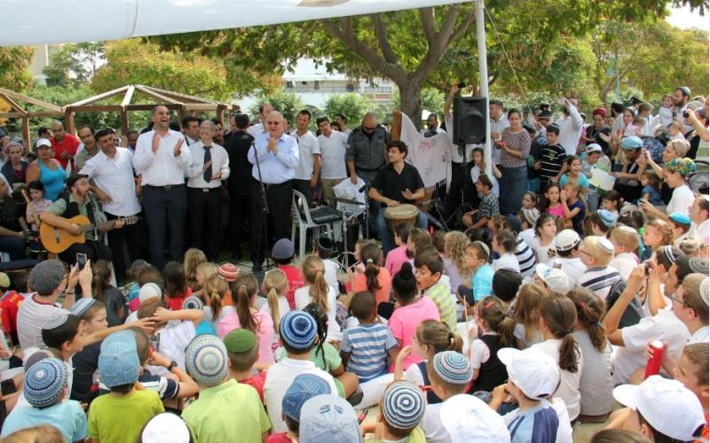 presidente Reuven Rivlin recibe a niños para entretenerse en su sucá móvil