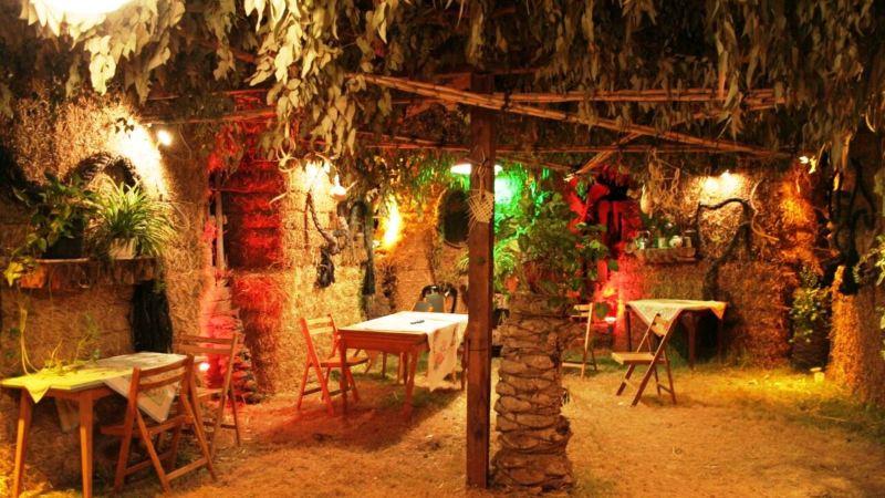 La galardonada sucá de fardos de paja en Kibbutz Tirat Zvi.