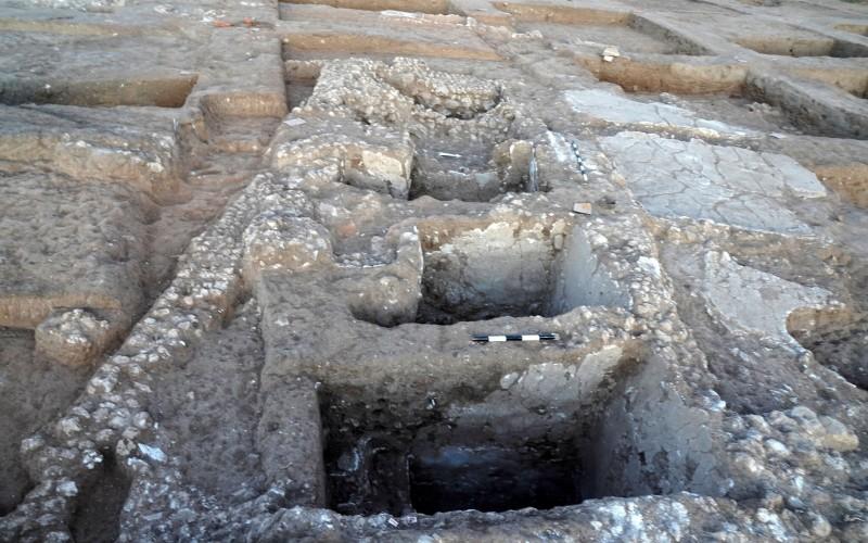 Antigua 'alcancía' de monedas de oro descubiertas en la excavación de Yavne