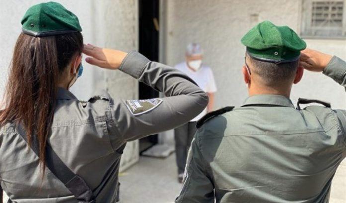 La policía de Israel saluda a los sobrevivientes del Holocausto