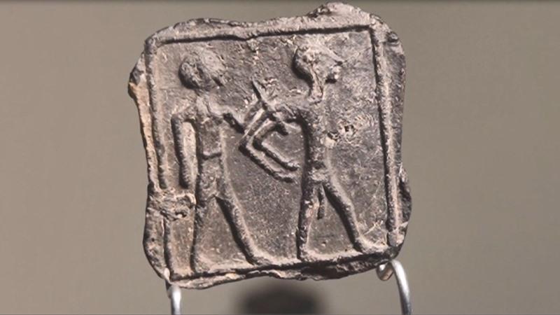 Un niño israelí descubre una tableta antigua durante un viaje familiar en el sur de Israel