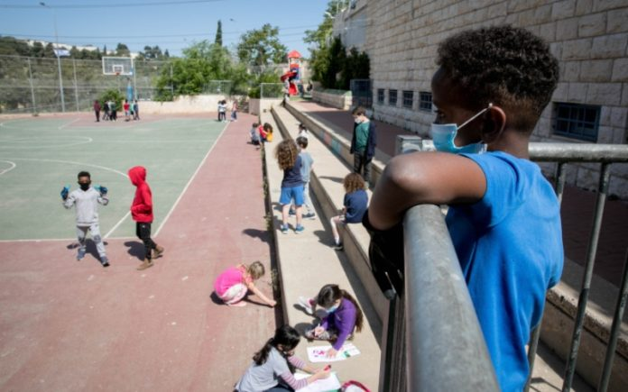 Casi todos los niños israelíes regresarán a la escuela el domingo mientras se reabre el sistema educativo
