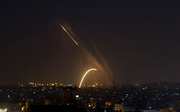Lanzan cohetes desde Gaza a Israel, los tanques de las FDI responden