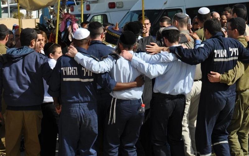 Soldados de las FDI rezan para recibir los artículos bíblicos necesarios para la adoración