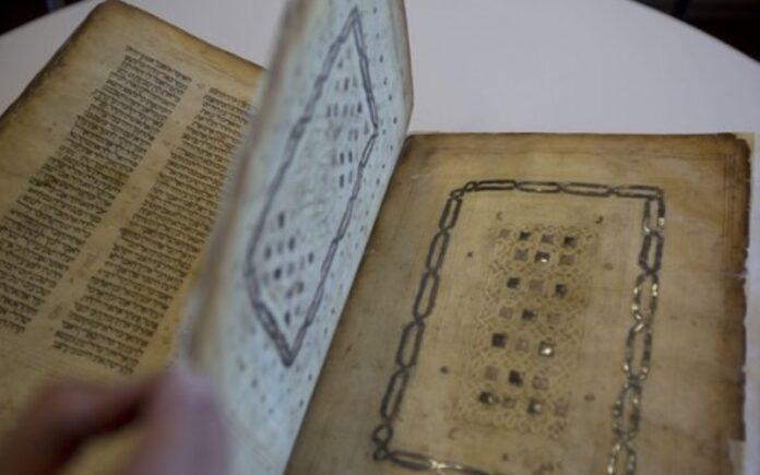 Un funcionario de la biblioteca muestra un manuscrito judío introducido de contrabando en Israel desde Damasco en una operación de espionaje del Mossad a principios de la década de 1990