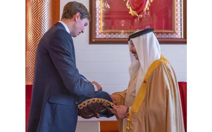Kushner entrega al rey de Baréin una Torá para la sinagoga local