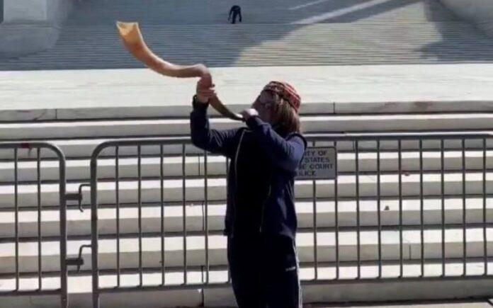 Niño de 11 años toca el Shofar frente a la Corte Suprema en Estados Unidos