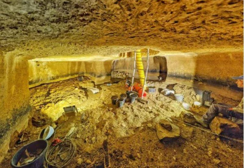 Tinajas del período del Segundo Templo y objetos completos de arcilla desenterrados en Beit El