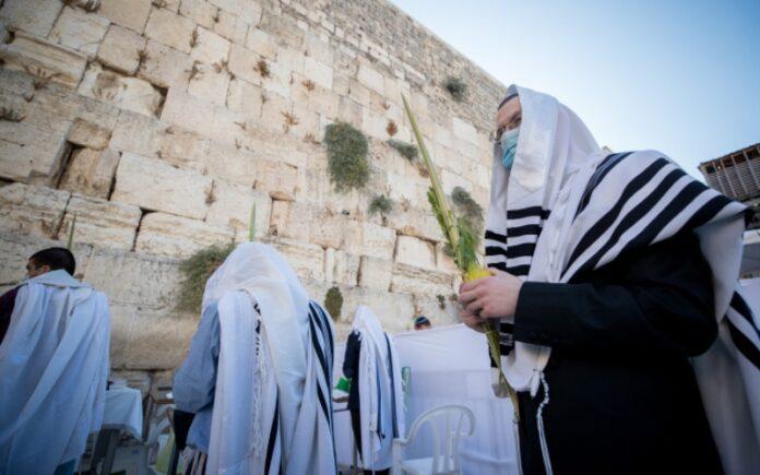 Los fieles del Muro Occidental rezan por la recuperación de Trump del virus