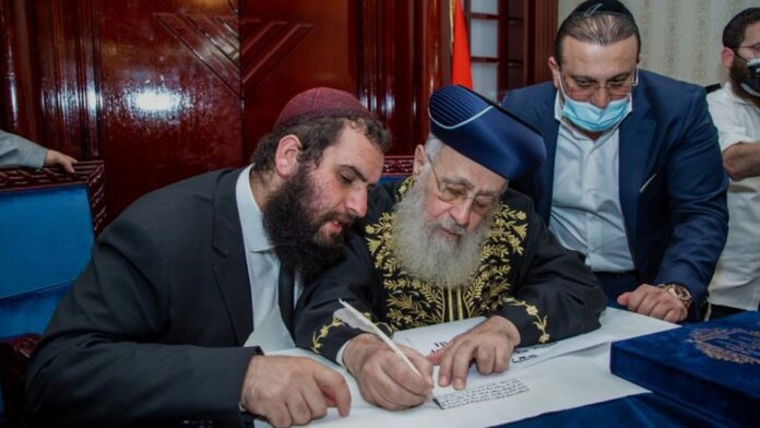 El rabino jefe israelí da su bendición a las instituciones en los Emiratos Árabes Unidos, marcando una nueva era de la vida religiosa judía en Dubai y más allá