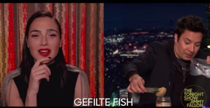 La estrella israelí de 'Wonder Woman' Gal Gadot consigue que Jimmy Fallon pruebe Gefilte Fish y Sufganiyot de Janucá