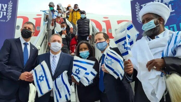 Cientos de inmigrantes etíopes aterrizan en Israel en el último vuelo de rescate de la Roca de Israel