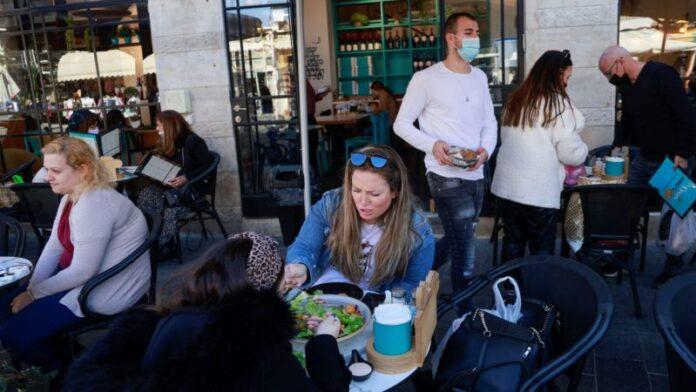 Con el 41% del país completamente vacunado, Israel comienza a reabrir