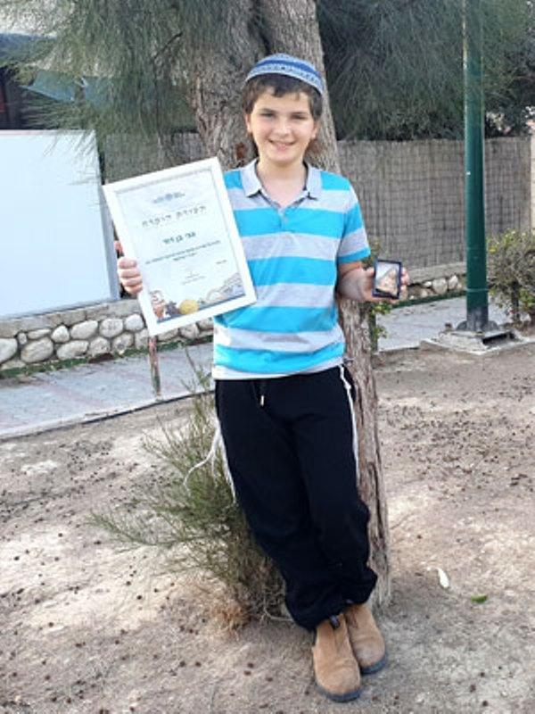 Niño israelí encuentra estatuilla de la era bíblica en el Negev