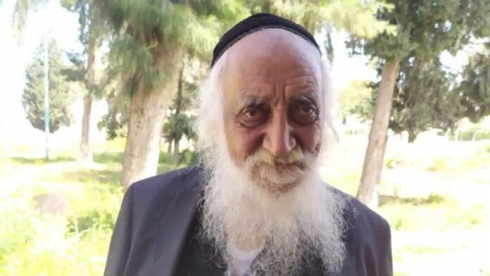 El yemenita de 102 años es el más anciano en encender la antorcha del Día de la Independencia