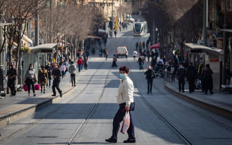 Los israelíes ya no están obligados a usar máscaras afuera a partir del domingo