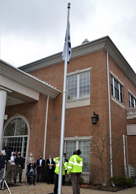 La ciudad de Nueva Jersey celebra a Israel con el izamiento de la bandera y la actuación de los estudiantes