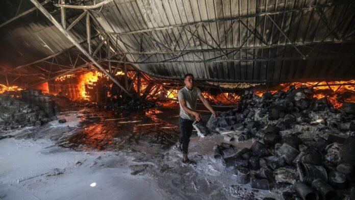 Día 10 de los combates: Israel ataca los túneles de Hamas, el fuego de cohetes en Gaza disminuye, los esfuerzos de alto el fuego continúan
