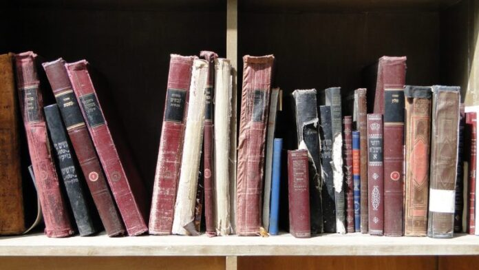 Enterré cientos de libros judíos antiguos, dentro de cada uno había un corazón judío