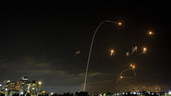 Las facciones terroristas de Gaza lanzan docenas de cohetes en el sur de Israel