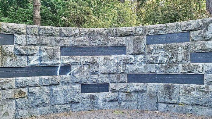 Memorial del Holocausto de Oregón vandalizado con esvástica y graffiti antisemita