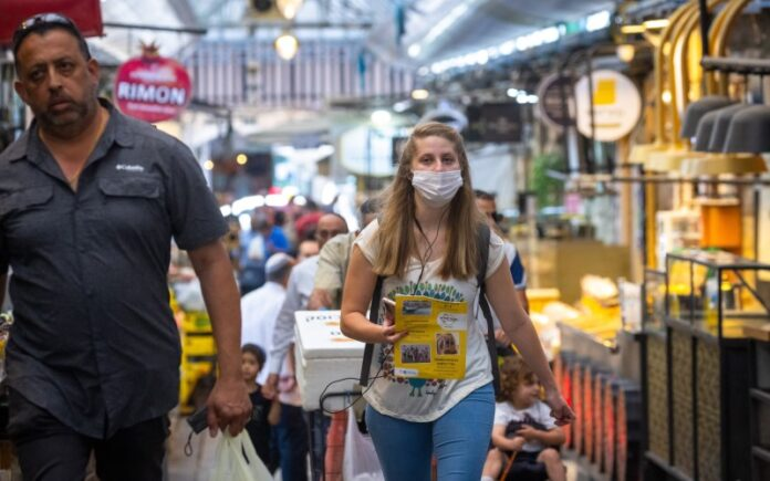 Israel elimina el requisito de mascarilla para interiores el martes, ya que los casos diarios se acercan a cero