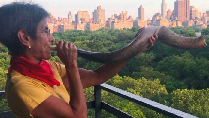 La rabina de Nueva York todavía toca un shofar todas las noches a las 7 para saludar a los trabajadores de la salud