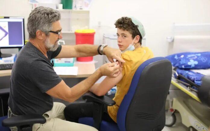 ¿Por qué Israel vacuna en masa a los adolescentes cuando la OMS dice que no?