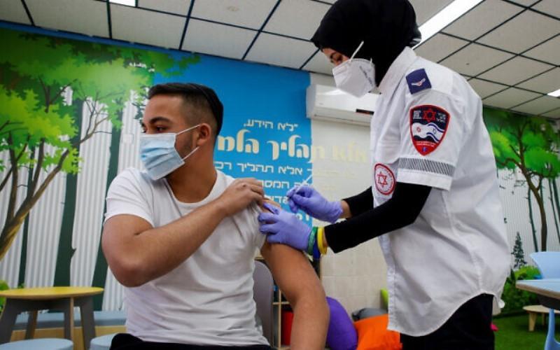 Un estudio israelí afirma que las vacunas reducen el riesgo de infección incluso en hogares afectados por COVID