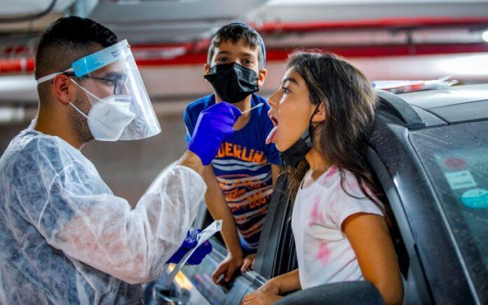 Israel registra más de 8.500 infecciones diarias de COVID y los casos graves ascienden a 559