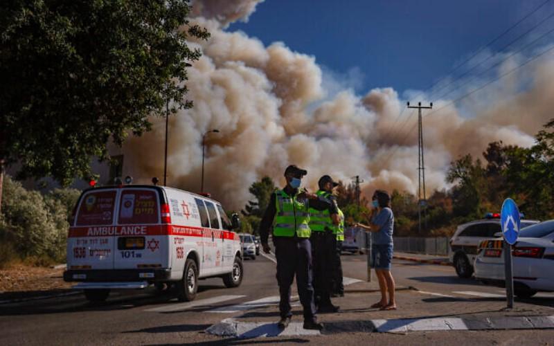 Enorme incendio forestal en el área de Jerusalén arde en la noche mientras la policía busca a un hombre desaparecido