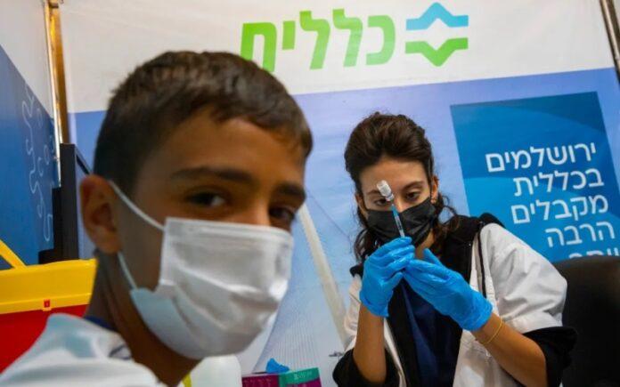 Los israelíes sin la tercera vacuna de refuerzo perderán el pase verde