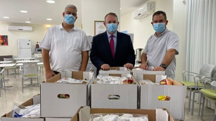 Miles de israelíes ancianos recibirán paquetes de atención para Rosh Hashaná