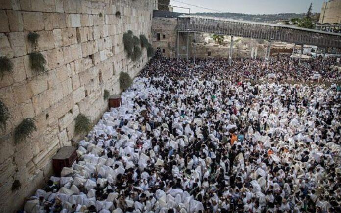 Miles de personas se reúnen en el Muro Occidental para la Bendición Sacerdotal de Sucot