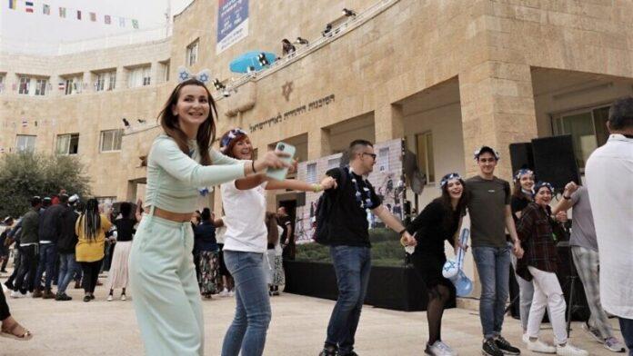 En Yom HaAliyah, los nuevos inmigrantes a Israel se toman un tiempo para bailar en Jerusalén